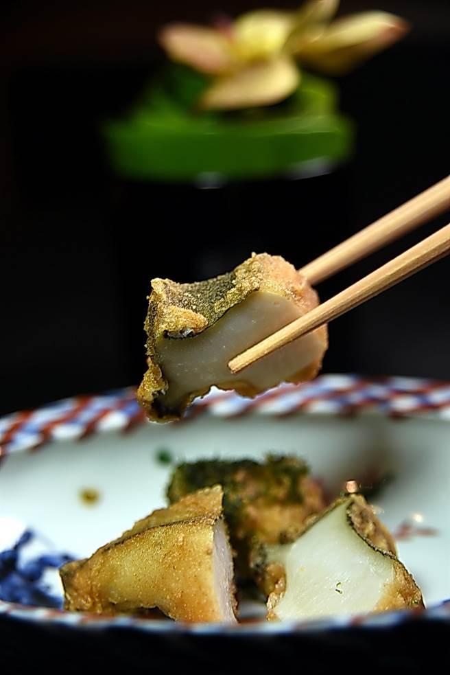將米果磨成粉末包覆在九州鮑魚外層裹炸的〈鮑魚柿種炸〉,麵皮極薄,「若有似無」的口感展現高妙廚藝。(圖/姚舜攝)