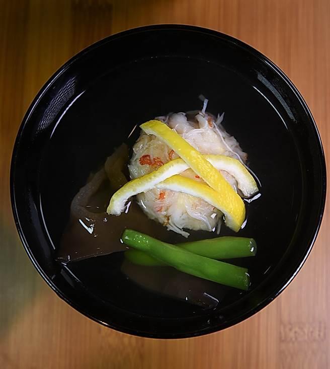 神田用北海道松葉蟹與扇貝做的「真丈」, 口感柔嫩中帶著Q彈,味道極鮮,柴魚昆布湯完全不會搶去主角風彩。(圖/姚舜攝)