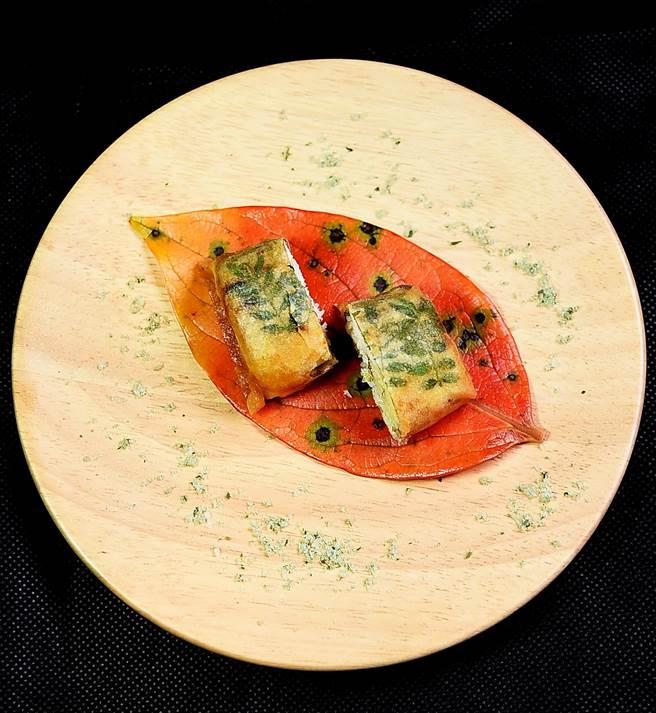 秋意甚濃的〈香魚春捲〉,是用兵庫縣的香魚裹在極薄的日本春捲皮內作餡,魚肉和春捲皮中還「埋伏」了樹葉,並用紅葉襯底。(圖/姚舜攝)