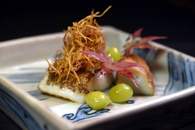 〈黑喉麴燒〉是將油脂豐厚的黑喉魚肉用鹽麴醃漬後再炭烤,並與海老芋和炭烤綠色銀杏搭配呈盤。(圖/姚舜攝)