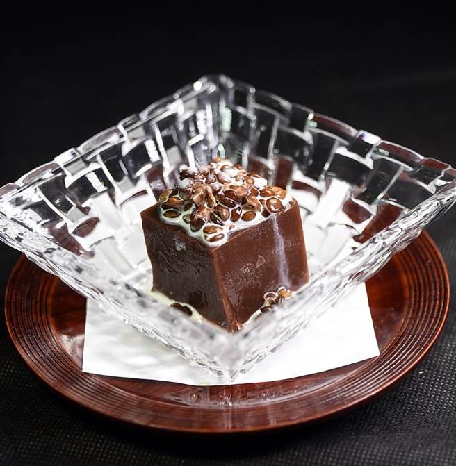 以小扁豆點綴的〈咖啡風味水羊羹〉,讓傳統的日本甜點增加了「時尚風味」。(圖/姚舜攝)