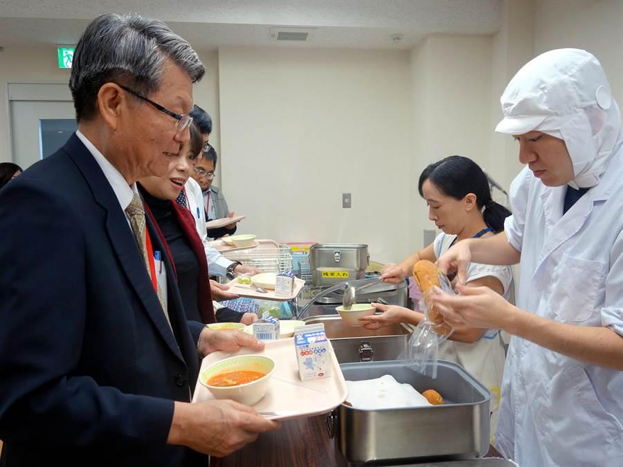教育局副局長王進焱等人體驗日校營養午餐。(教育局提供)