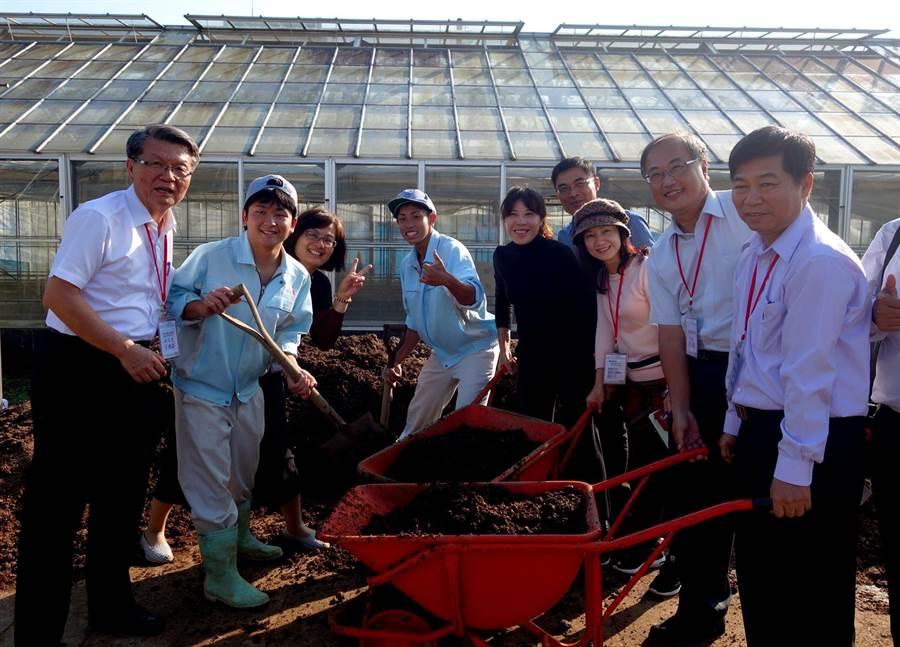 參訪團體驗農校堆肥等作業。(教育局提供)