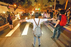 抗議修法 社運人士翻牆衝立院
