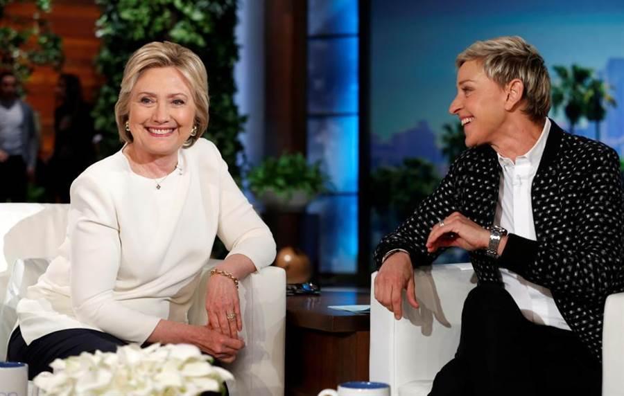 美國名主持人艾倫˙狄珍妮曾表示過,希拉蕊有著所有她覺得總統應該有的特質,所以毫無疑問地,她會公開支持希拉蕊是個必然的結果。圖為希拉蕊(左)接受美國名主持人艾倫˙狄珍妮(右)訪問照。(圖/網路)