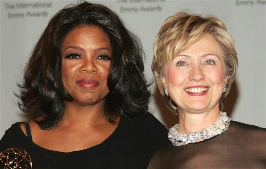 圖為美國名主持人歐普拉(左)和希拉蕊(右)於頒獎典禮後公開合照。(圖/網路)