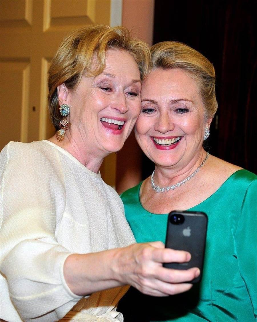 圖為梅姨(左)和希拉蕊(右)玩自拍時的側拍照。(圖/網路)