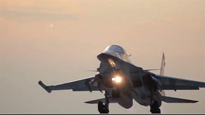 美國與俄羅斯的戰機在本月17日於敘利亞執行任務時,距離非常近,差點相撞。(圖片取自www.rt.com)