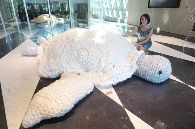 旅澳藝術家王筱雯心痛海龜誤食塑膠袋致死,以塑膠袋編織成大烏龜,呼籲關注土地和海洋環保。(盧金足攝)