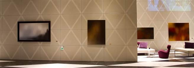 王筱雯的「源」和「覓」系列作品,搭配優雅菱格紋路背景以及自然光影流動,隨著不同時間的光線投射,呈現深邃的空間感,及靜謐空靈的氛圍。(盧金足翻攝)