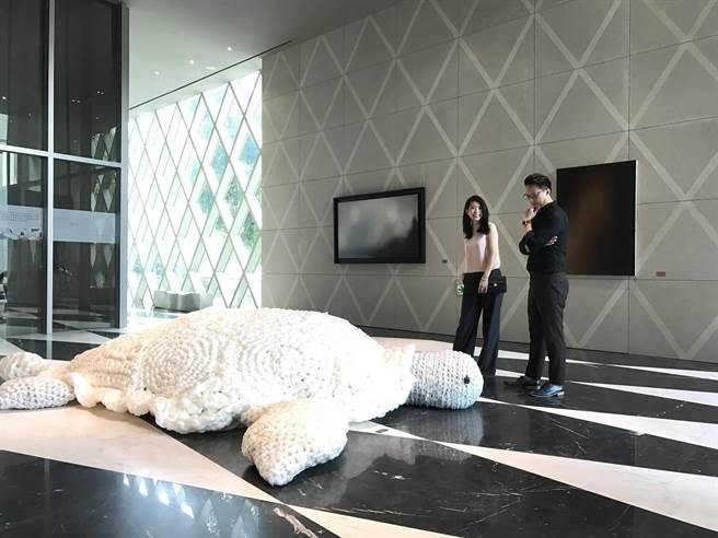 旅澳藝術家王筱雯在麗格接待會館展出以塑料回收創造出的最新作品「Remnant 遺留」(盧金足翻攝)