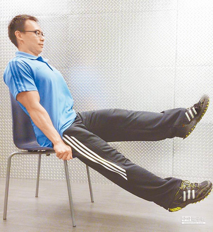 坐著練習前直抬腿。(本報系資料照片)