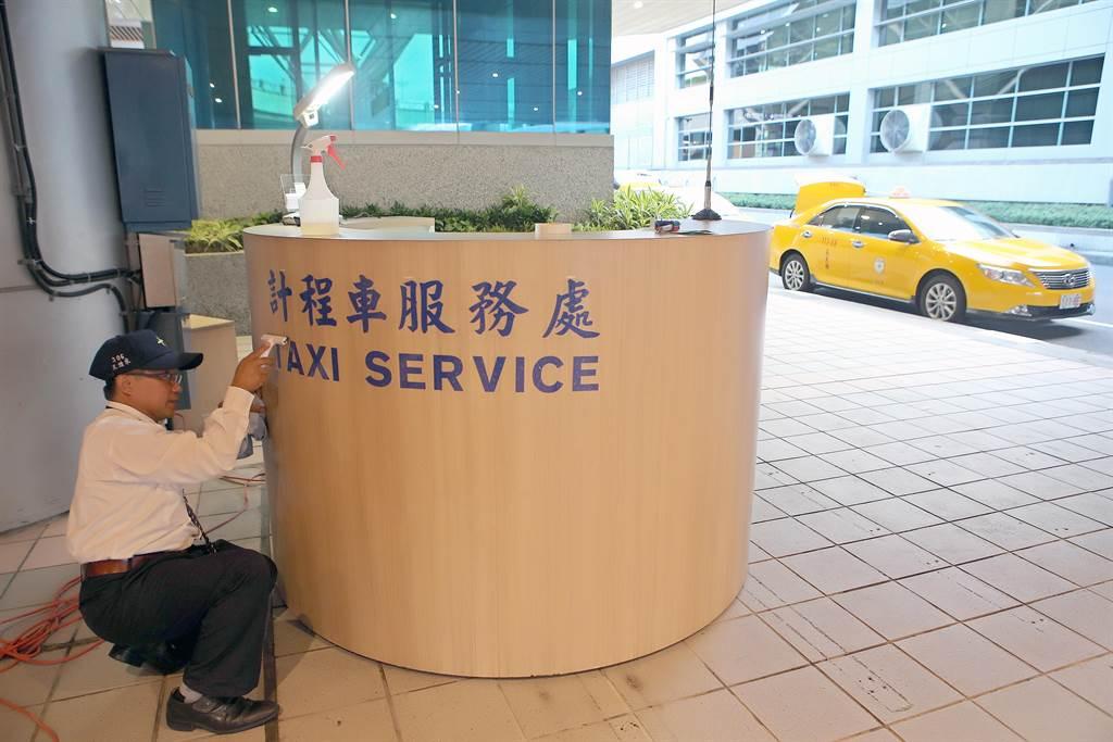 機場排班計程車司機忙著為啟用的看台做布置。(陳麒全攝)