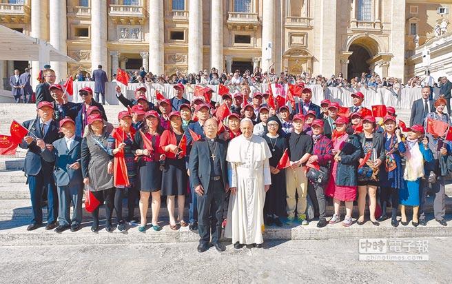 天主教教宗方濟各10月5日在梵蒂岡聖伯多祿廣場,接見來自中國大陸的訪問團,並合影留念。(美聯社)