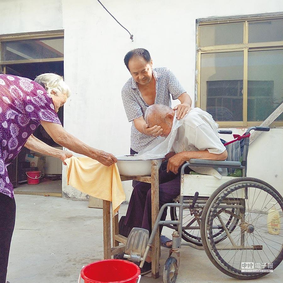 旺旺孝親獎攝影組一等獎王雙的作品《感恩父母,給老爹洗洗頭》。         (主辦單位提供)