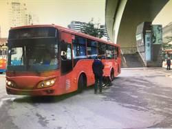 老婦疑違規過馬路 遭公車捲入車底