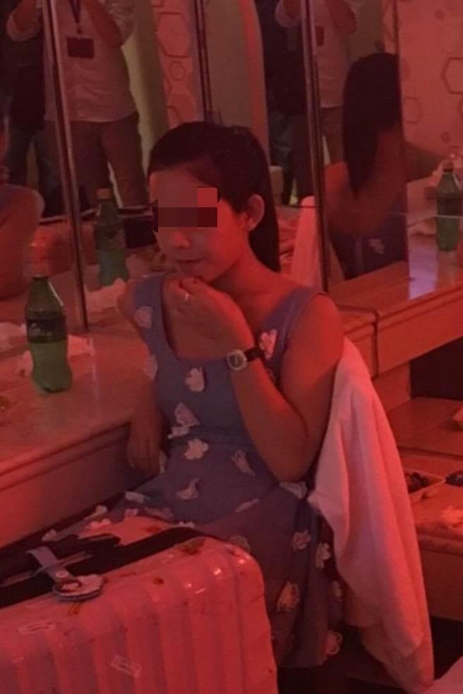 另名泰國變性人,正準備性交易,被警方上門查緝。(胡欣男翻攝)