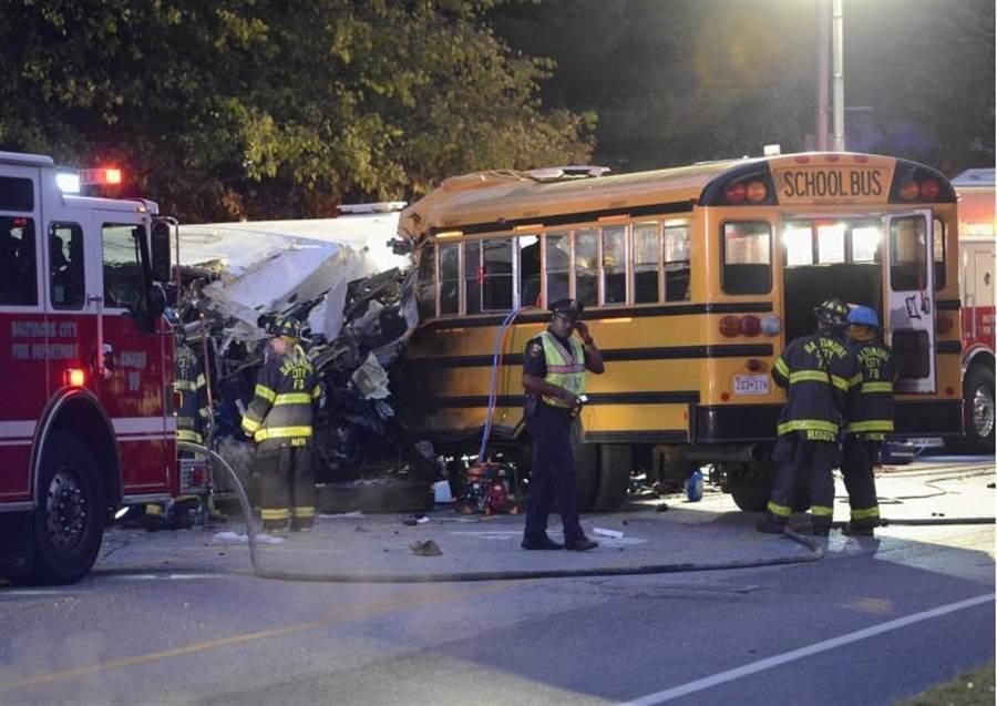 一輛校車先是撞上一輛福特轎車,然後撞上路邊的柱子,之後又撞上通勤巴士,校車和巴士在撞擊過後損毀嚴重。(圖:美聯社)