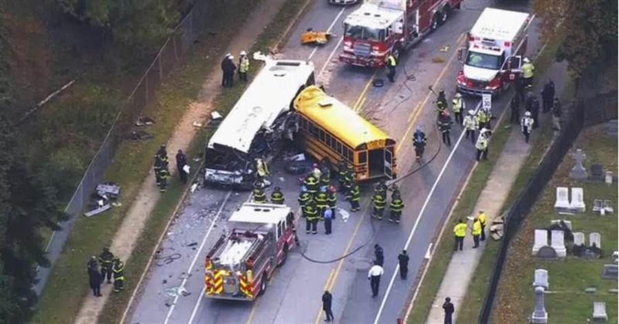 車禍釀成6死10傷的慘劇,所幸當時校車上沒有學童,僅有校車司機以及一名助理,校車司機喪生、助理則受傷送院。(圖:美聯社)