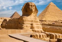 埃及人面獅身像前有一座石碑 上面寫著...