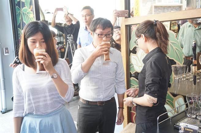 季洋引進氮氣咖啡挑戰消費者味蕾。(柯宗緯攝)
