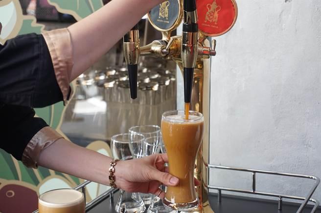 季洋引進氮氣咖啡挑戰消費者味蕾,口感嚐來猶如黑啤。(柯宗緯攝)