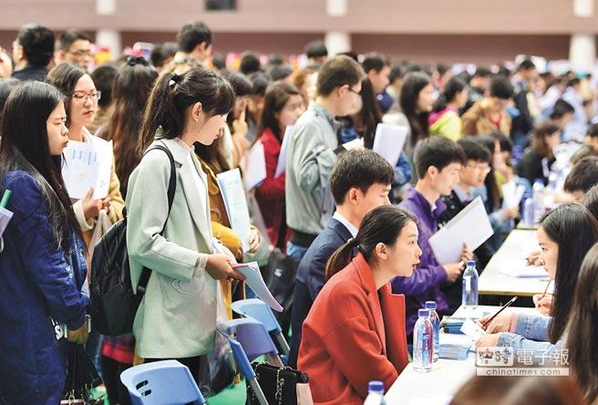 4月6日,安徽大學求職生在招聘會上等待面試。(新華社)