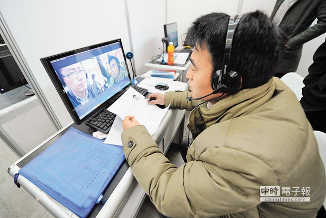 寧夏銀川市國際會展中心,一位求職者透過網路影音與參展企業進行面試問答。(新華社資料照片)