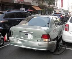駕駛誤踩油門暴衝 婦人被撞命危