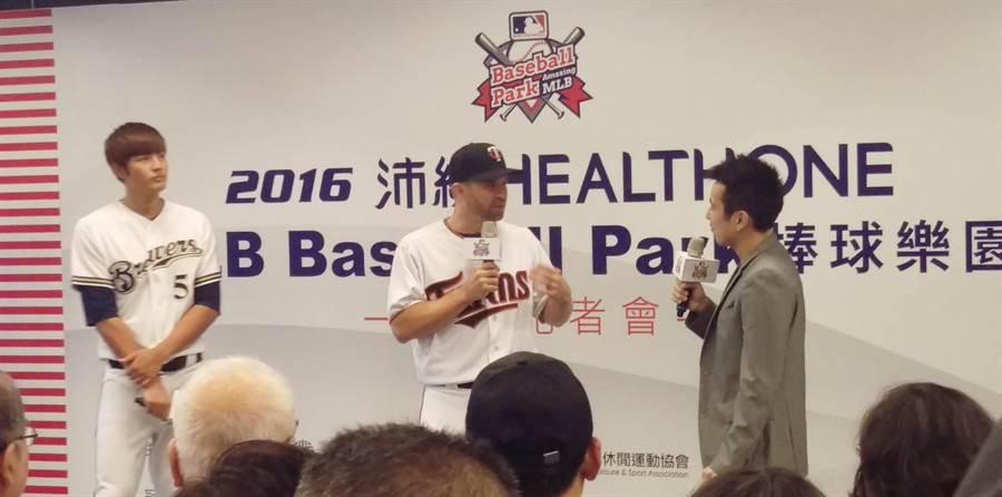 雙城隊2壘手多西爾(中)與王維中(左)今共同出席MLB棒球樂園記者會。(周鎮宇攝)