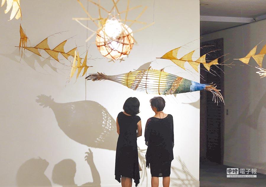 第3屆Pulima藝術獎展覽5日起至明年2月5日在高美館展出。圖為噶瑪蘭族藝術家杜瓦克.都耀與陳淑燕合作以烏葉竹、黃藤等媒材創作的裝置作品《向著月光湧動的方向,洄游著》。(王錦河攝)