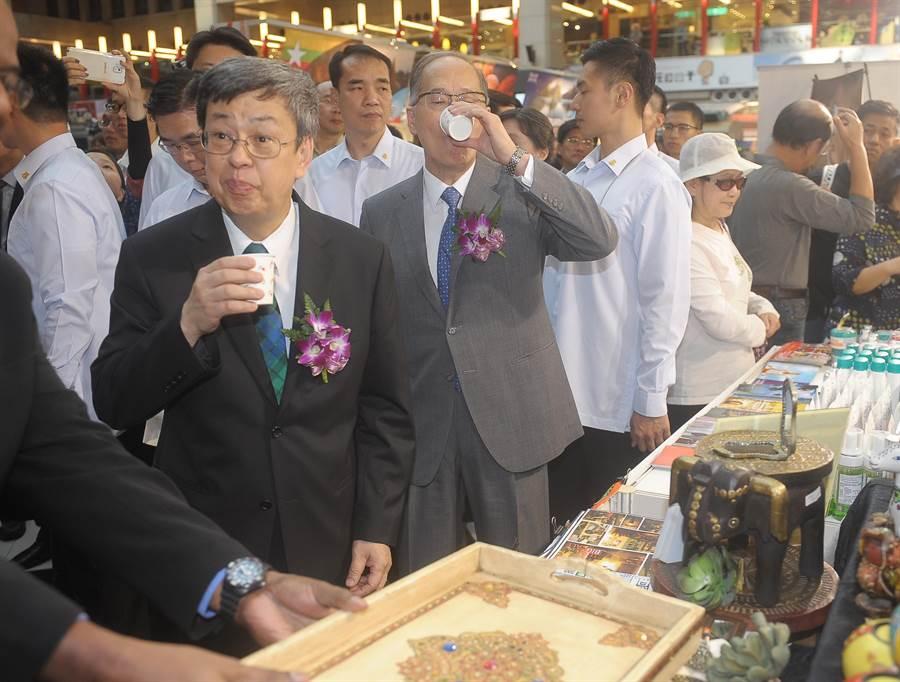 副總統陳建仁下午參加2016亞太文化日開幕典禮,並且一一參觀各國帶有風俗民情的攤位。(季志翔攝)