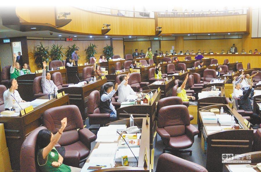 12區區公所預算多筆遭刪除,包括區長出國經費,議員認為業務疊床架屋。(甘嘉雯攝)