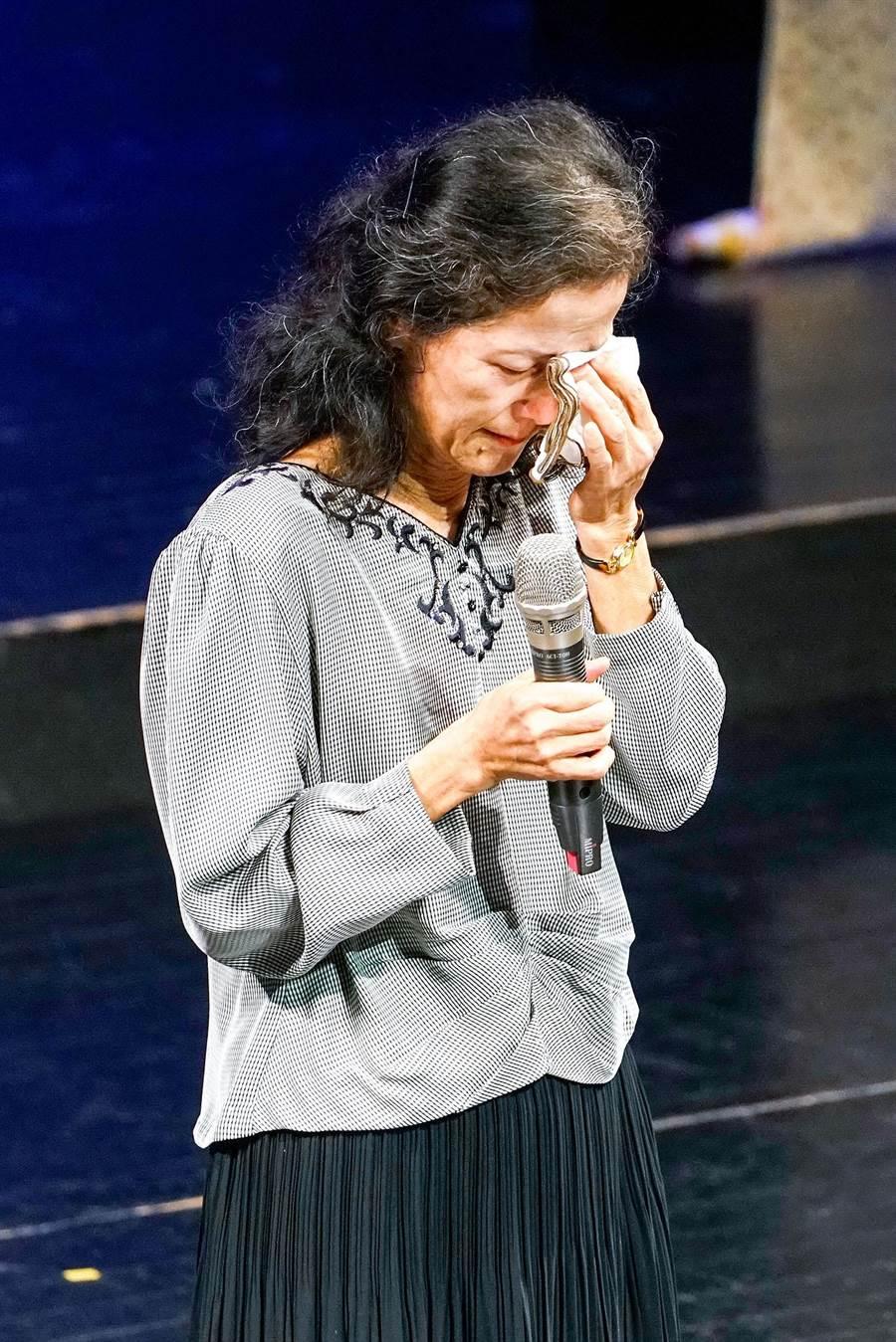 陳定南逝世10周年音樂會今天在宜蘭演藝廳舉行,陳定南遺孀張昭義致詞時,數度哽咽、拭淚。(李忠一攝)