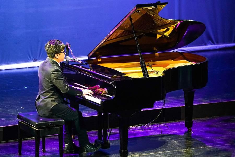 鋼琴詩人王俊傑演奏演唱主題曲〈寫乎你的批〉。(李忠一攝)