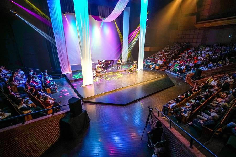 陳定南逝世10周年音樂會今年擴大舉辦,以往音樂會都在紀念園區舉行,今年在宜蘭演藝廳,有600人參與音樂會。(李忠一攝)