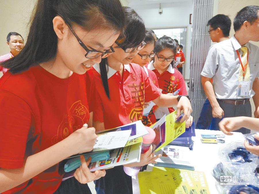 由台大校長楊泮池親自領軍,與台灣大學系統聯盟及國立雲林大學聯盟等4校校長,11月5日遠赴馬來西亞吉隆坡,舉辦聯合招生說明會。圖為5所大學在馬來西亞說明會一天吸引近800位學生參加。(陳映慈攝)
