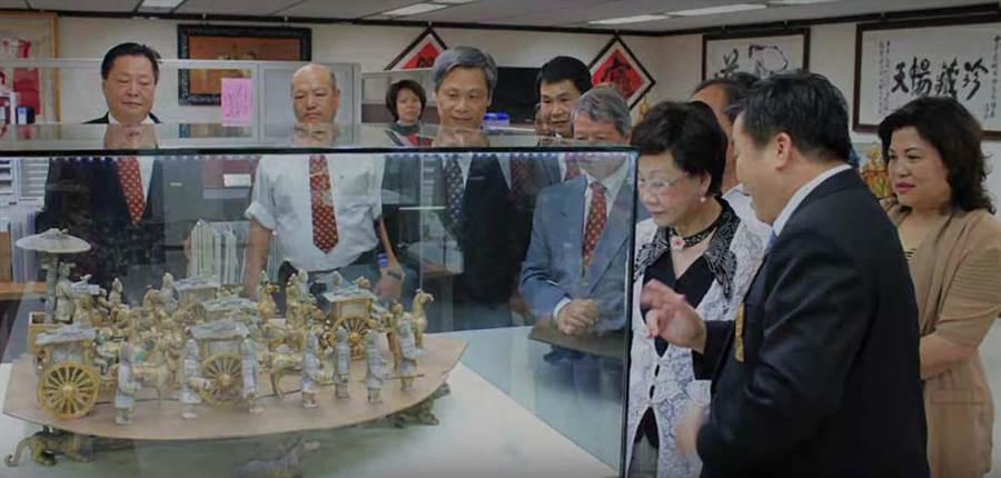 天暢公司曾邀請前副總統呂秀蓮(右三)參觀,卻涉違證交法詐騙金額高達2億。(翻攝Youtube)