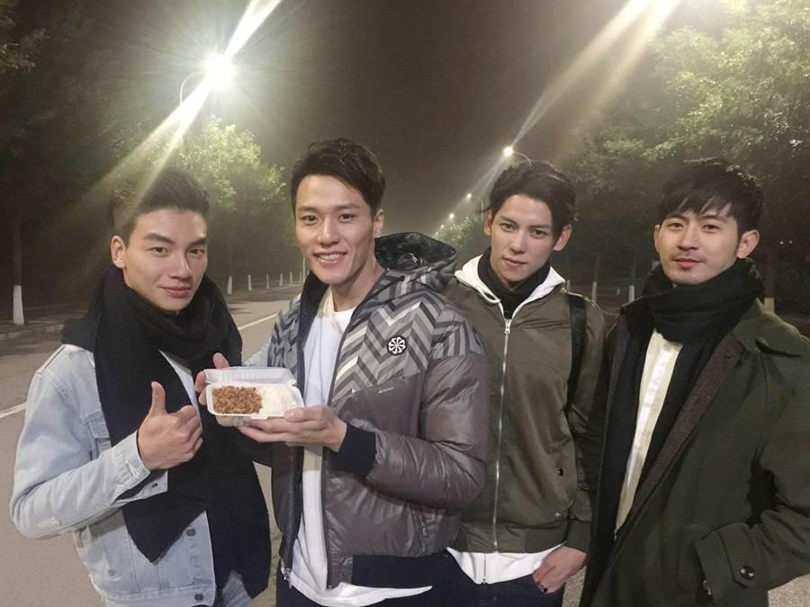 張睿家(左二)在北京拍戲,師弟張洛偍(左起)、陳柏融、簡宏霖帶滷肉飯探班。(周子娛樂提供)