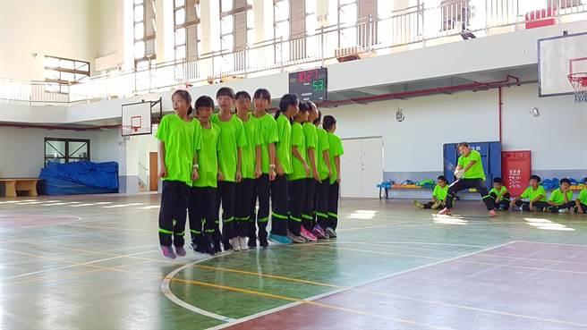 羅東竹林國小跳繩隊女子隊3分鐘跳出507下奪得金牌,男子隊跳509下拿下銀牌。(王亭云攝)