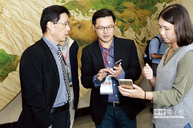 經濟部商業司專委張峰源(左一)參觀「商業服務業科技化與國際化發展計畫」成果。圖/簡立宗