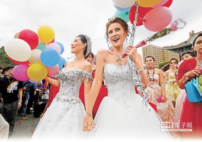 法務部長邱太三認為修《伴侶法》是推動婚姻平權最快的方法。圖為10月29日台灣同志遊行,女性伴侶身穿婚紗爭取婚姻平權。(本報資料照片)
