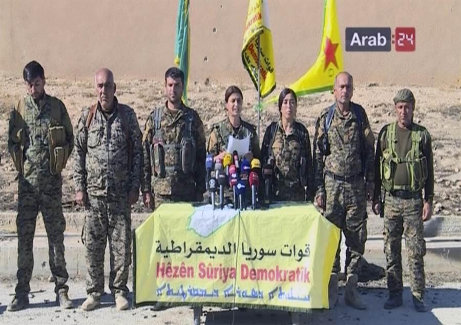敘利亞民主軍宣誓向伊斯蘭國(IS)控制下的拉卡發起進攻。(圖/美聯社)