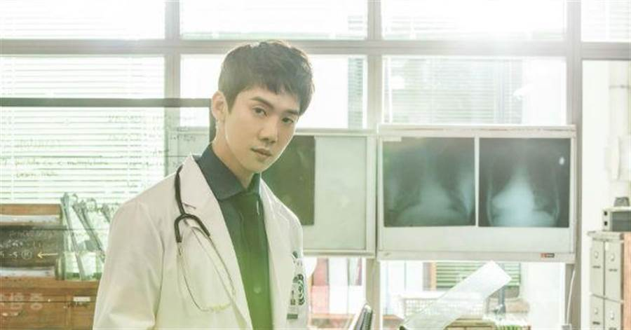 柳演錫在《浪漫醫生金師傅》飾演極富好勝心的男醫生(圖/KKTV 提供)