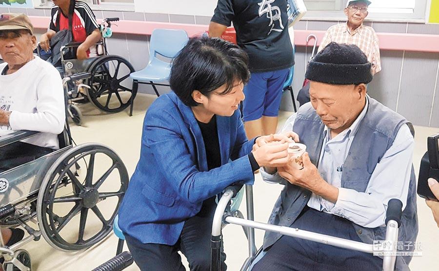 昨天立冬,台東縣議長饒慶鈴為馬蘭榮家的長輩奉粥。(寶桑基金會提供)