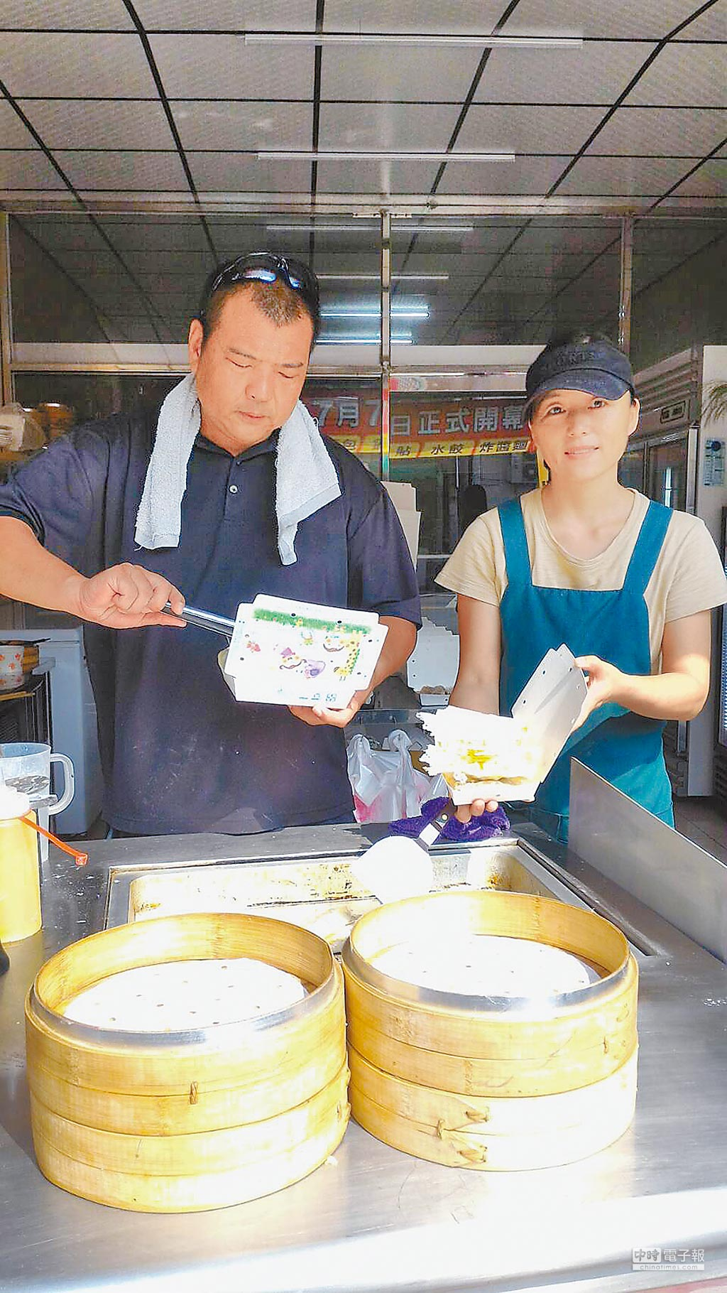 遼寧妹子趙春梅的巧手,可創作軟陶,也能捏出鍋貼水餃,維持生活家計。(特約記者林春元攝)