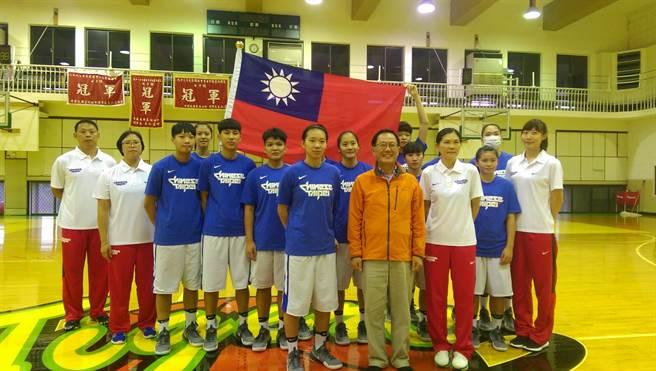 U18亞青女籃隊預定11日啟程前往泰國,中華籃球協會理事長丁守中9日為代表隊授旗並且贈加菜金。(黃邱倫)