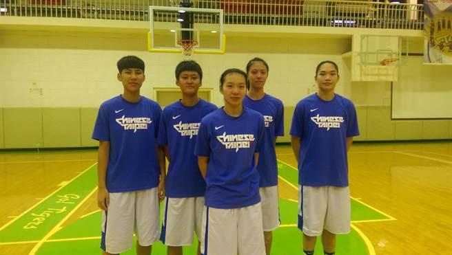 U18亞青女籃先發球員(由左至右)分別是王竫婷、羅培甄、彭曉彤、劉昕妤與吳佳樺。(黃邱倫)