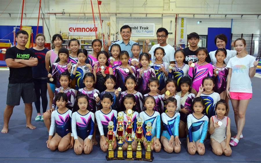 甫於日前完賽的全國競技體操錦標賽,屏東縣成績優異,拿下國小高年級成隊冠軍在內的5座獎盃。(林和生攝)