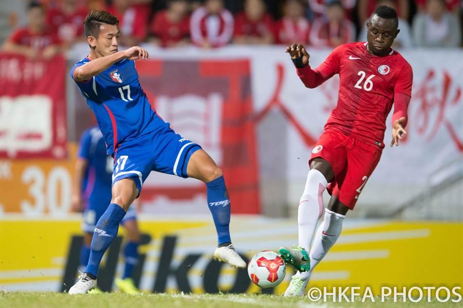 中華男足陳柏良(左)與香港歸化前鋒艾力士搶球。(香港足總提供)